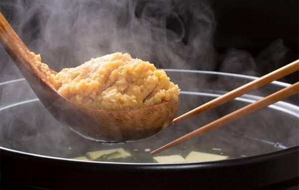 こし器を使わず、味噌を簡単に溶かす方法とは? 「知らなかった」「コレはいい方法」
