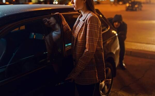 「ゾッとした」「怖すぎる」 銀行から車に戻った女性、すると見知らぬ男性が…?