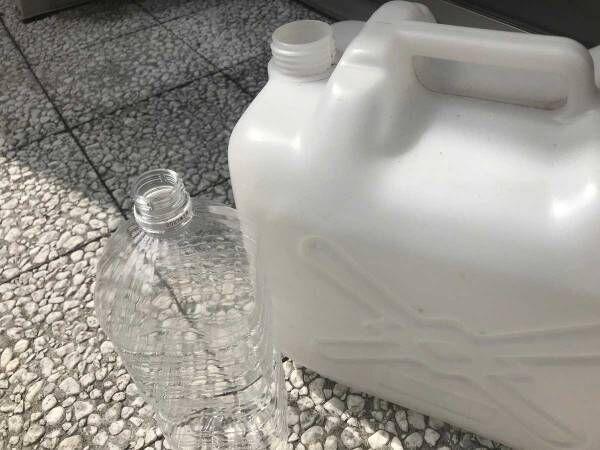 覚えておいて損はなし! ポリタンクからペットボトルへ水をこぼさずに移し替える方法