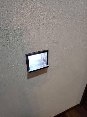 誤って壁に穴を空けた女性 夫に補修を頼むと? 「逆転の発想」「ナイスアイディア」