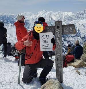 男性「最高の景色のもと最悪の知らせをします」 山頂で撮影された写真に吹き出す