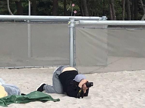 カメラに夢中になった女性が…? 「爆笑」「二度見した」