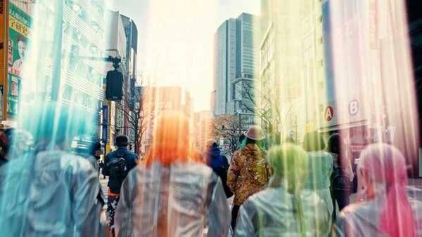 マスク姿でスマホをいじる通行人を見た『派手な4人組』が? 「笑った」「顔がうるさい」