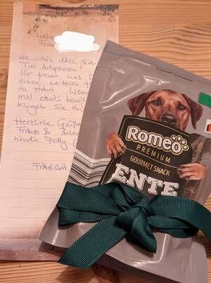 保護犬を迎えたことを貼り紙でお知らせ すると、隣人から届いたのは?