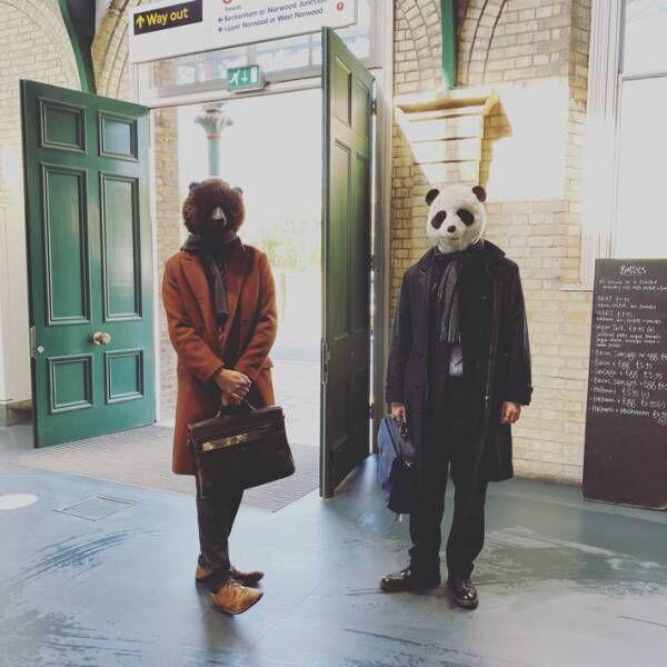 電車を待つイギリス紳士に反響 マスクの代わりに? 「さすがです」「斬新すぎ」