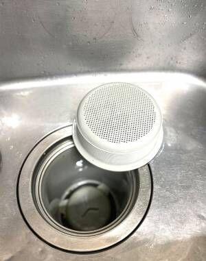 「キッチンペーパーできれいになるよ」 排水口そうじの裏ワザに9万人が『いいね』