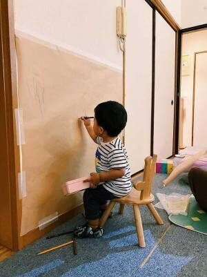 どこにでも絵を描く息子 母親の行動に「素敵」「これはナイスアイディア」