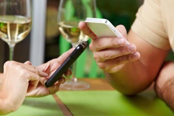 【海外の実験が証明!】食事中のスマホは夫婦の会話の邪魔になる!?