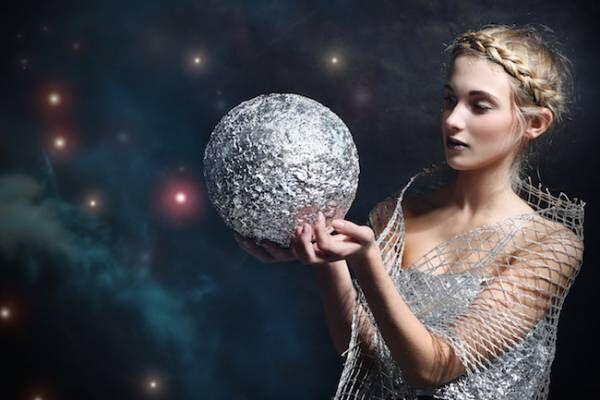 月の光を浴びてパワーチャージ!女性と月の満ち欠けの秘密