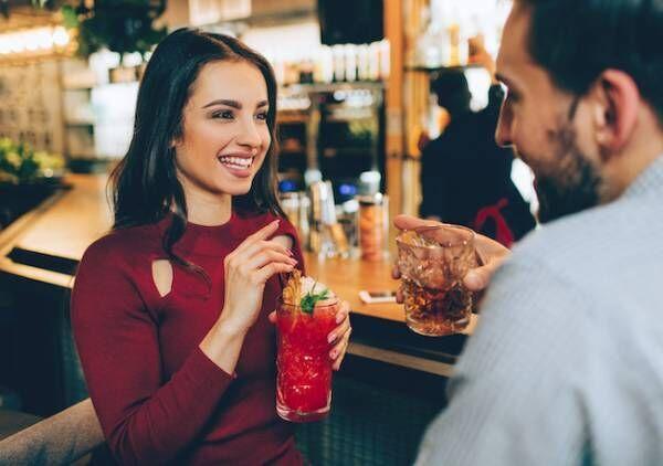 夜のバーで素敵な男性に話しかけられる方法とは?1画像