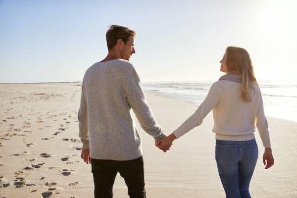 男性が「手を繋いだ時」にキュンとする女性の反応とは?