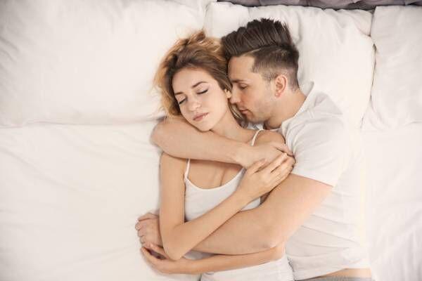 愛情は深いって信じていい?腕枕で抱きしめる彼氏の心理とは