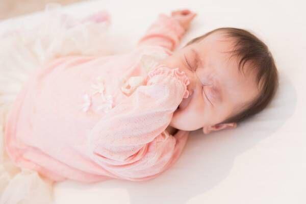 夜寝る前に赤ちゃんがぐずるのはどうして?寝かしつける方法とは