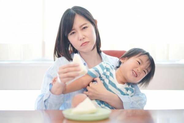 2歳児の遊び食べにはどう対処する?ママのイライラ対策もご紹介