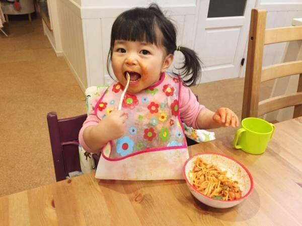 遊び食べはいつまで続く?食べ物で遊ぶ原因と上手な対処法を紹介