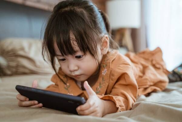 子どものスマホは何歳から? メリット・デメリット、持たせるうえでの対策方法をご紹介