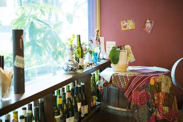 やさしい接客と居心地の良さで人気の自然派ワインバー〈カタリナ〉。新旧入り混じる新井薬師の飾らない雰囲気が魅力。