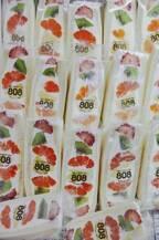 週末にはフルーツサンド400個が売れていく〈フルーツパーラー 808〉へ。草加の商店街から奇跡を起こす。