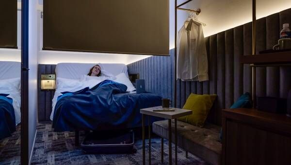 iPhoneなどを駆使した近未来的な宿泊体験ができる、令和時代の新感覚デジタルホテル〈slash川崎〉。