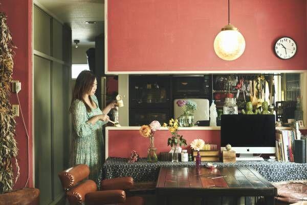 """壁もテーブルもDIYで自分の""""色""""に!デザイナーの菅野綾さんに聞く、おうち時間の作り方。"""