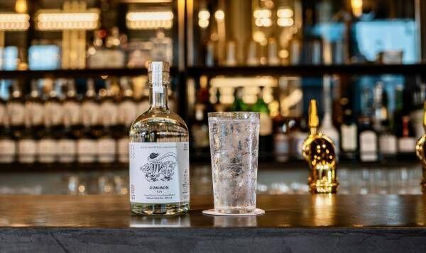 話題の〈虎ノ門横丁〉で乾杯!蒸留所併設の〈酒食堂 虎ノ門蒸留所〉でクラフトジンの新しい魅力を発見しよう。