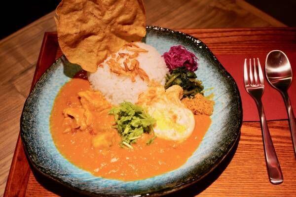 日本初のインドカリーを生んだ〈新宿中村屋〉がプロデュースする〈恋とスパイス〉がデビュー。