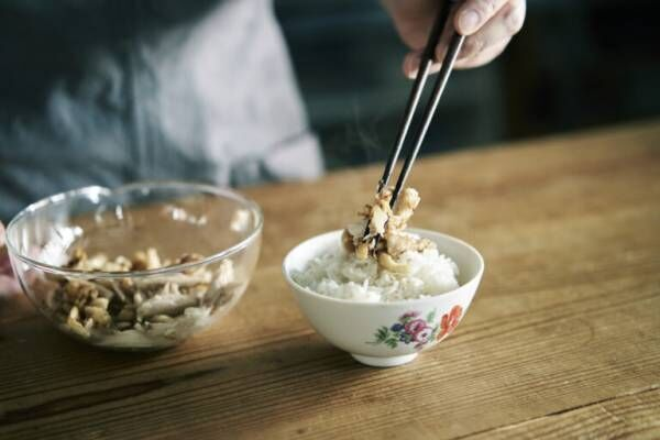 "and recipe料理人・山田英季さん『旅に出たら、その国の""合羽橋""を探す。』/""器上手""のテーブルから学ぶ。"