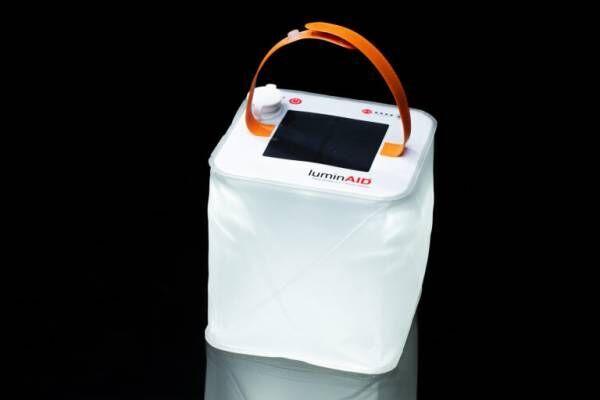 最新防災アイテムを体験!災害時に役立つソーラーで動くLEDランタン「ルミンエイド」。