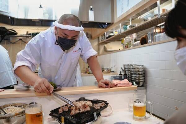 肉汁を1滴も無駄にしない傾斜鉄板の元祖!京都生まれの〈ホルモン千葉 新宿店〉がOPEN。