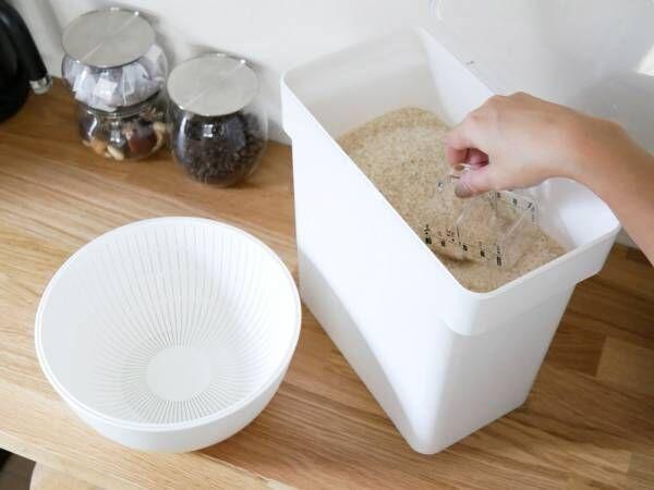 袋ごと保存できるスタイリッシュな米びつ[PR]