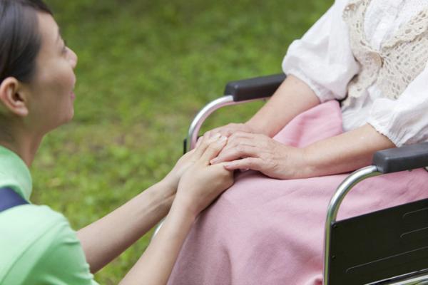 ダウン症のある人の寿命が延びている理由は?現在の平均寿命、成人後や壮年期の生活などについて解説しますの画像