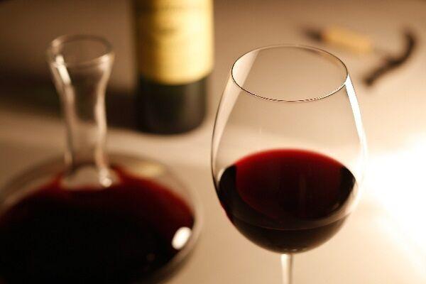 飲み会が多い時期だから…。知っておきたい「赤ワインの効能」