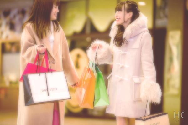 女友達と買い物をする女性