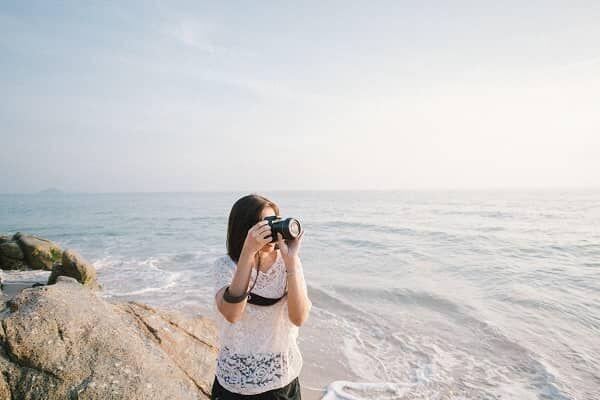 旅行中にカメラを構える彼女