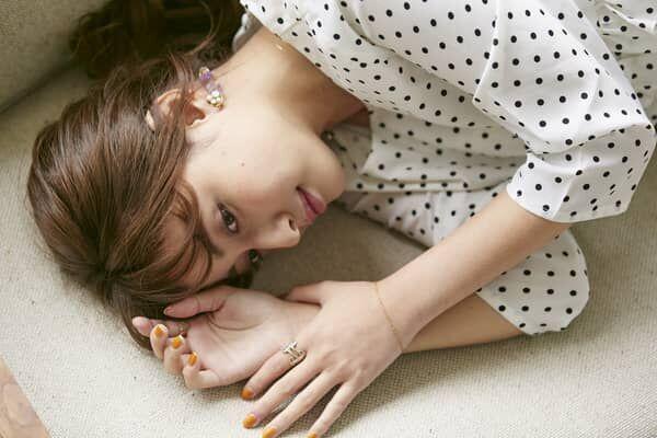 寝転ぶ女の子