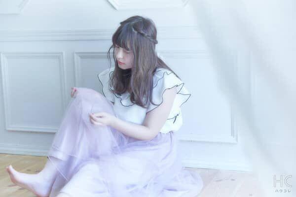 悲しい表情で床に座る女性