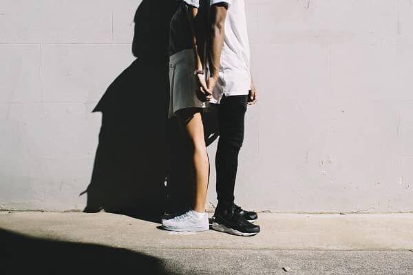 背を合わせるカップル