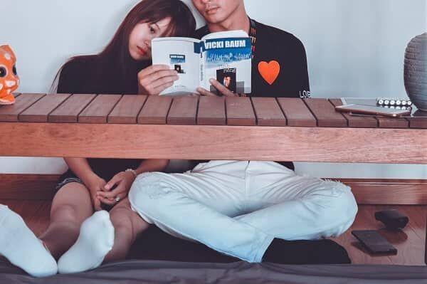 本を読むカップルの画像