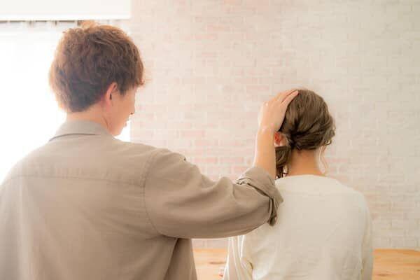 女性が男性に頭ポンポンされる画像