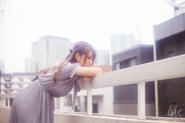 屋上で考え込む女性