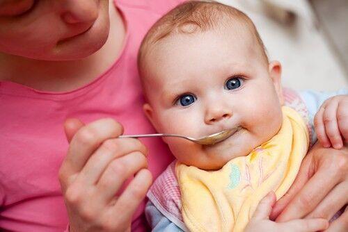 いつまでも完全母乳は問題なの? 赤ちゃんの「脳の発達」と離乳食との関係性