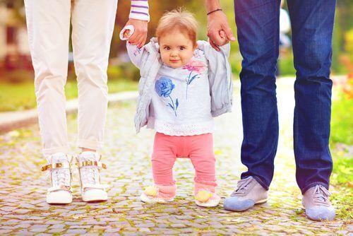 ヨチヨチ歩きを始めたら…10ヶ月以降の子どもの「ファーストシューズ選び」に必要なこととは?