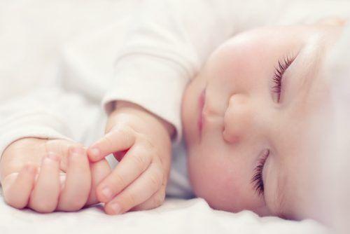 赤ちゃんの頭の形が悪い原因NO.1は?「絶壁」になる前にしたい5つのコト