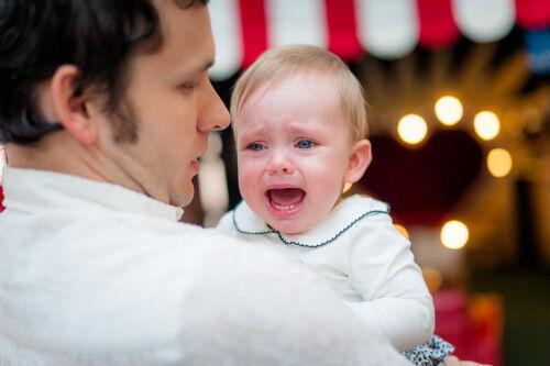 「ママじゃないとイヤ!」パパ見知り解消に効果的な遊びって?