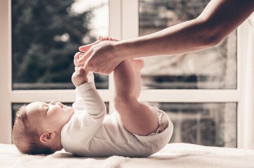 「これなんだ?」赤ちゃんが足をなめる驚きの理由&激かわフォト