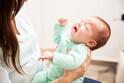 ママの抱っこを拒否する…「過敏性が高い子」って?