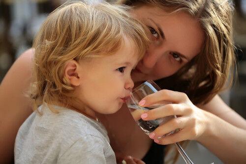 1日に必要な乳幼児の水分量の目安は?「水分不足」の子への対策