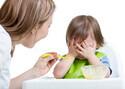 「子どもが小食で食べてくれない…」1歳頃の食事量の目安は?