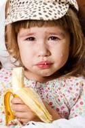 「バナナが折れた…!」で泣きわめく子、親が試したい4つの対処法