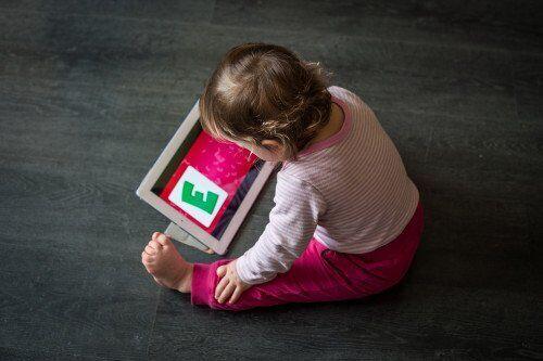 6~11ヶ月の赤ちゃんの51%が使用「タッチスクリーン」が乳幼児に与える影響